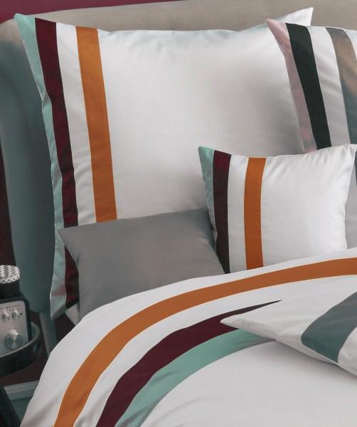 fleuresse colours k - weißer Kissenbezug aus Mako Satin mit farbigen Streifen