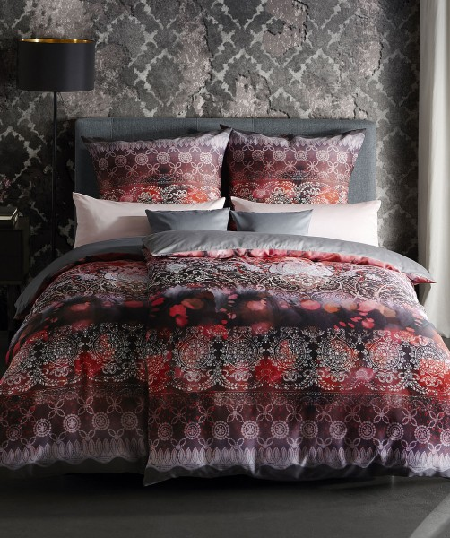 Luxus Bettwäsche mit Ornamenten und Wendeseite von fleuresse bed art in Beere 135x200